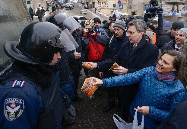 Помічник держсекретаря США Вікторія Нуланд и Посол США в Україні Джеффрі Пайєтт пригощають силовиків на майдані
