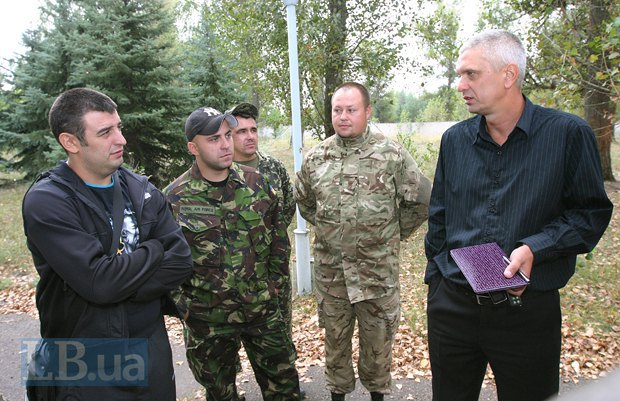 Юрий Лысенко (справа) с бойцами Стрелковой роты 39-го батальона теробороны в Днепропетровске
