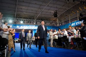Янукович захищається від свого оточення, - Чорновіл