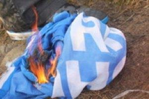У Черкасах публічно спалили прапор Партії регіонів