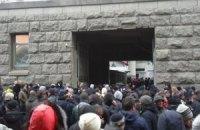 В Харькове сепаратисты ворвались во двор горсовета