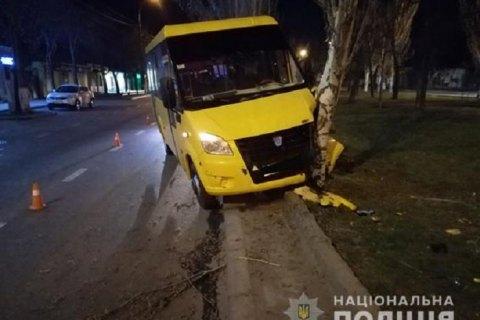 В Николаеве маршрутка с пассажирами врезалась в дерево