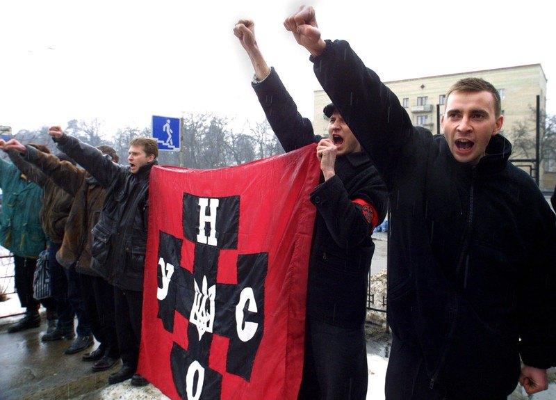 Активісти УНСО вимагають звільнити лідера партії Андрія Шкіля, затриманого раніше під час акцій 'Україна без Кучми' біля райвідділу міліції у Києві, 11 березня 2001 р.