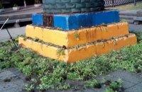 Вандали пошкодили інсталяцію на постаменті колишнього пам'ятника Леніну в Києві