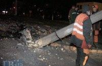 У Києві автомобіль на повній швидкості зніс електроопору
