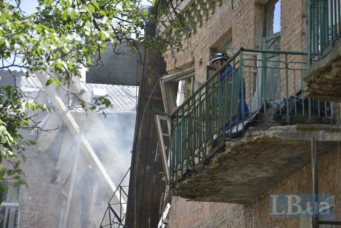Рятувальник на балконі будинку в аварійному стані, де обвалилася стіна , Київ