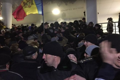 У Молдові взяли штурмом парламент