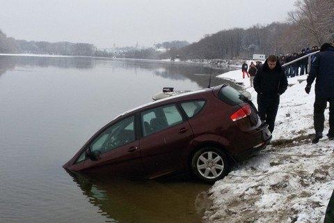 У Чернігові автомобіль SEAT потонув у Десні, водій загинув