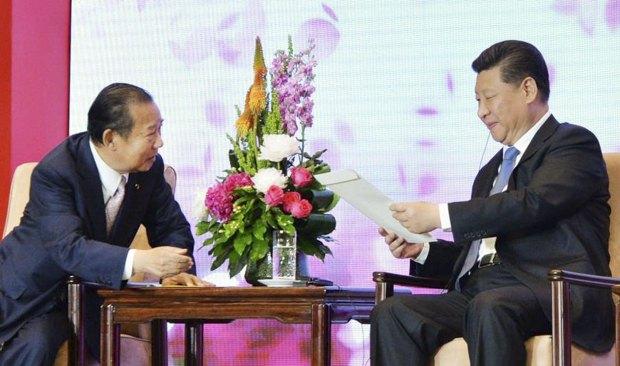 Генеральный секретарь ЛДП Тошихиро Никай вручает письмо от премьера Японии Синдзо Абэ Президенту КНР Си Цзиньпину во время их встречи в Пекине