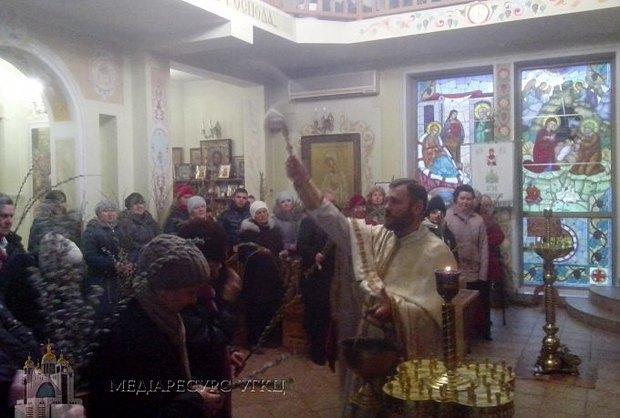 Отець михайло під час служби у Вербну неділю, 29 березня 2015 року в храмі Покрова в Донецьку