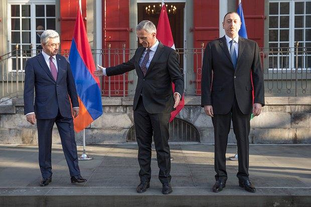 Алієв(праворуч) та Саргсян(ліворуч) та міністр іноземних справ Швейцарії Дідьє Буркхальтер під час зустрічі в Берні