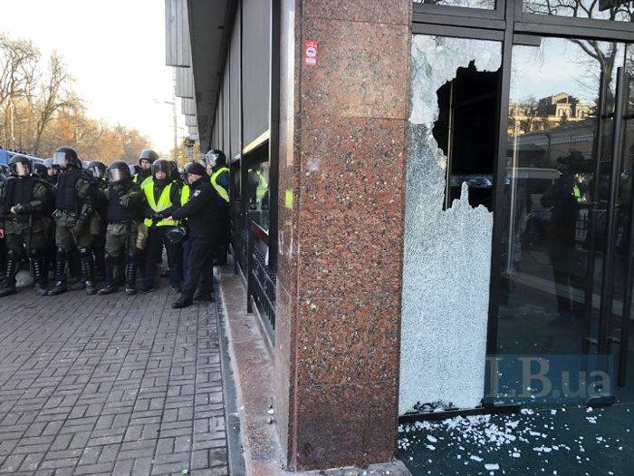 Камнем разбили окно в гостинице Киев
