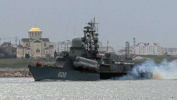 Корабль ВМФ России пропливает мимо заповедника <<Херсонес Таврический>>
