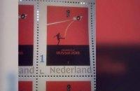 В Нидерландах выпустили почтовую марку с футболистом, сбивающим МН17