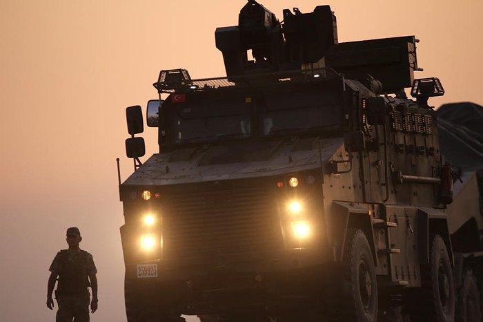 Турецкие солдаты и бронетехника недалеко от сирийской границы, Акчакале, Турция, 09 октября 2019.