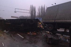 У Києві перекинувся автопоїзд