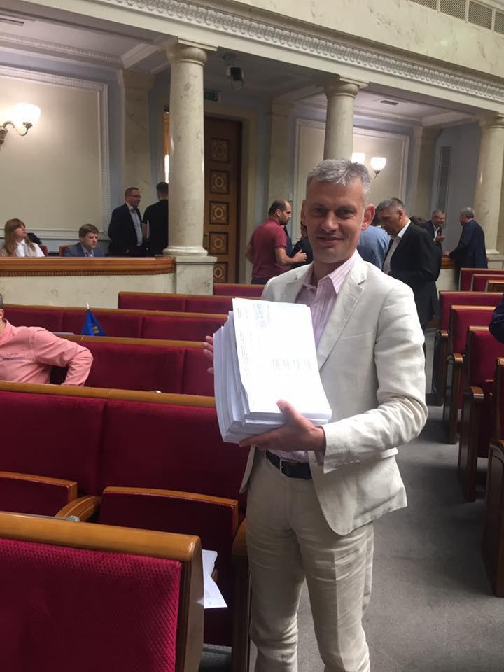"""Нардеп """"Самопомочі"""" Руслан Сидорович з розрукованим екземпляром процесуального законопроекту"""