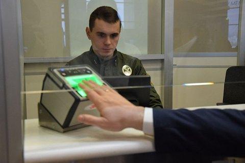 На границе Украины начали снимать отпечатки пальцев у иностранцев