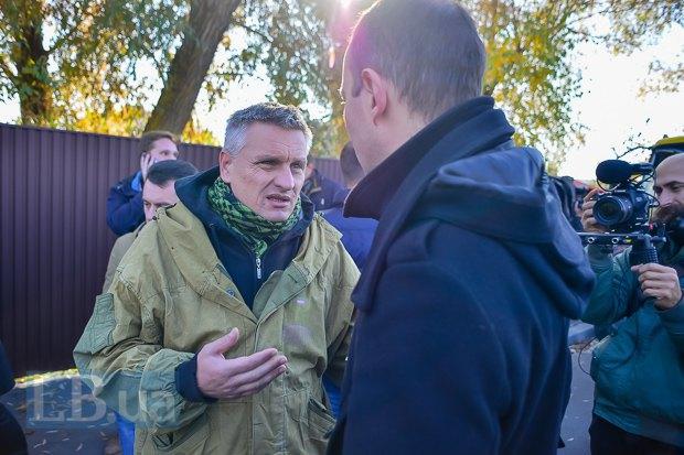 Егор Соболев общается с милиционером, который командовал отрядом в автобусе, перегородившем движение машинам