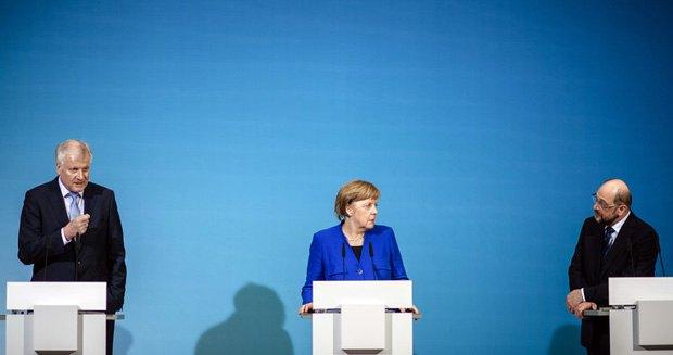 Лідер ХСС Хорст Зеехофер, канцлер Німеччини і голова ХДС Ангела Меркель і лідер СПДН Мартін Шульц на спільній прес-конференції після переговорів, Берлін, 12 січня 2018.