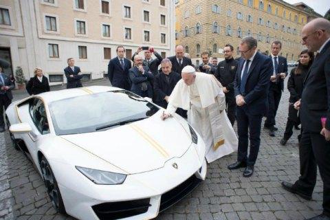 Папа Франциск виставить подарований Lamborghini на аукціоні Sotheby's