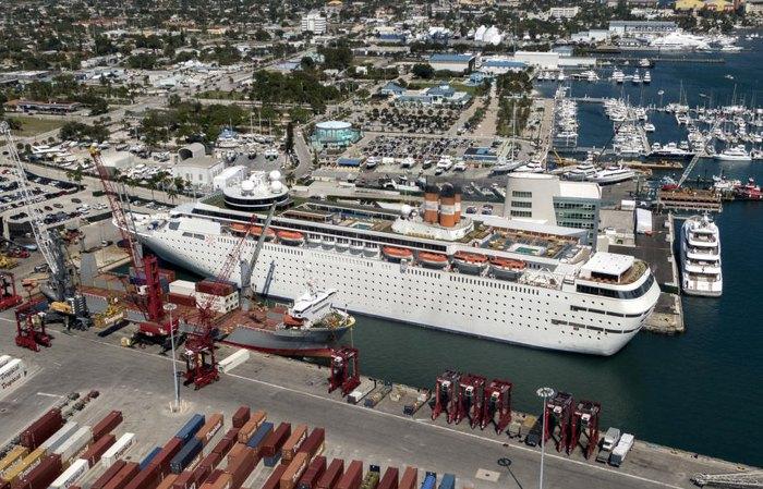 Круизный лайнер пришвартован в порту Палм-Бич в Ривьера-Бич, Флорида, США, 29 февраля 2020 года. Крупные круизные компании прогнозируют значительное сокращение доходов в этом году из-за вспышки вируса.