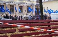 К приезду Азарова харьковской молодежи запретили сидеть на скамейках
