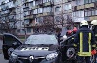 На бульваре Перова в Киеве автомобиль въехал в остановку, водитель погиб