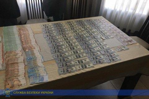 У ДБР розповіли, як хабарники намагалися позбутися грошей під час затримання: намагалися з'їсти, рвали та викидали