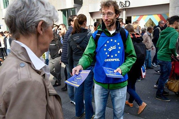 Активисты GeenStijl агитируют голландев за референдум