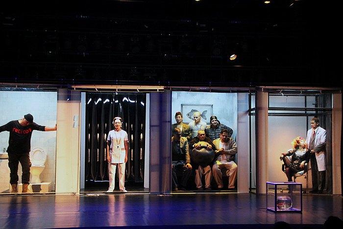 Сцена из трагикомедии 'Полет над гнездом кукушки' на сцене Полтавского академического областного музыкально-драматического театра