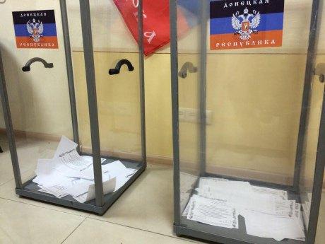 Урны для голосования в Донецке