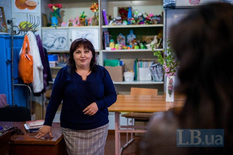 Людмила Георгіївна - вчителька у новолуганській школі, що вперше проводить арттерапію