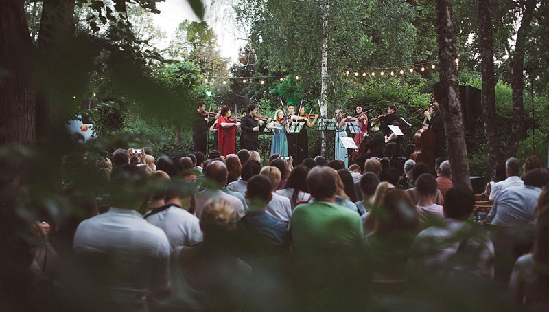 Виртуозы Киева дают концерт в ботаническом саду в Киеве
