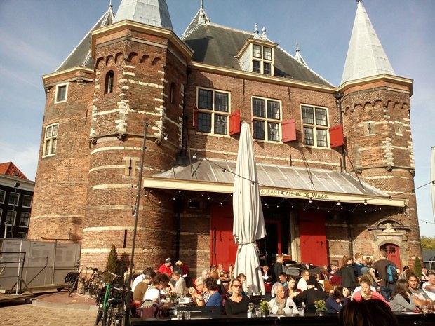 Waag - дом, в котором 500 лет назад взвешивали ведьм, чтобы казнить тяжелых. Теперь здесь ресторан