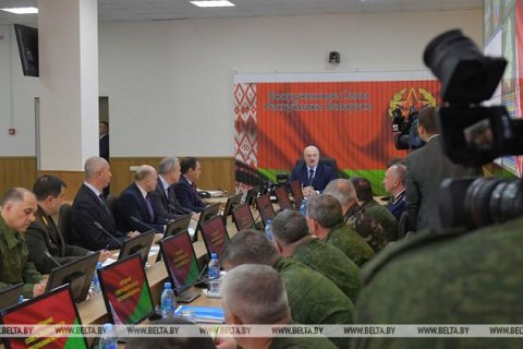 Лукашенко заявил. что никому страну не отдаст и посредники ему не нужны