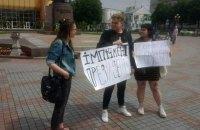 У Рівному двох чоловік із плакатами про Зеленського забрали в поліцію за несанкціонований мітинг