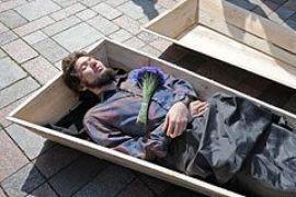 Активист Володарский в знак протеста улегся в гроб