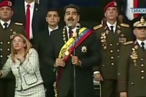 Взрыв беспилотника вовремя покушения наМадуро попал накамеру