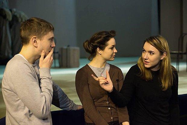 Тамара Трунова (праворуч), Анна Топчій та Юрій Радіонов під час репетиції