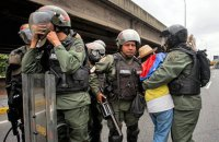 Венесуэльские военные обстреляли пытавшихся перевезти гумпомощь через границу с Бразилией