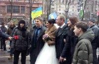 На Майдан вместо недовольных баррикадами киевлян пришли молодожены