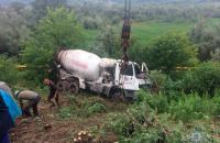 Возле Черновцов бетоновоз упал в кювет, водитель погиб