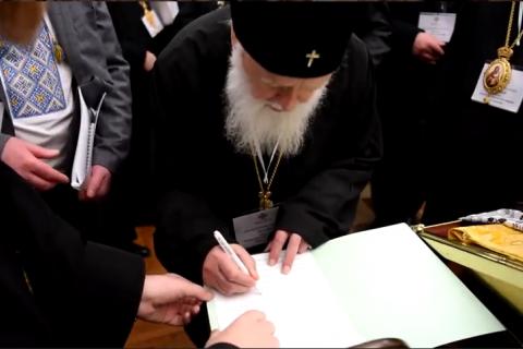 В сети появилось видео с Поместного собора, на котором Филарет подписывает решение о ликвидации КП