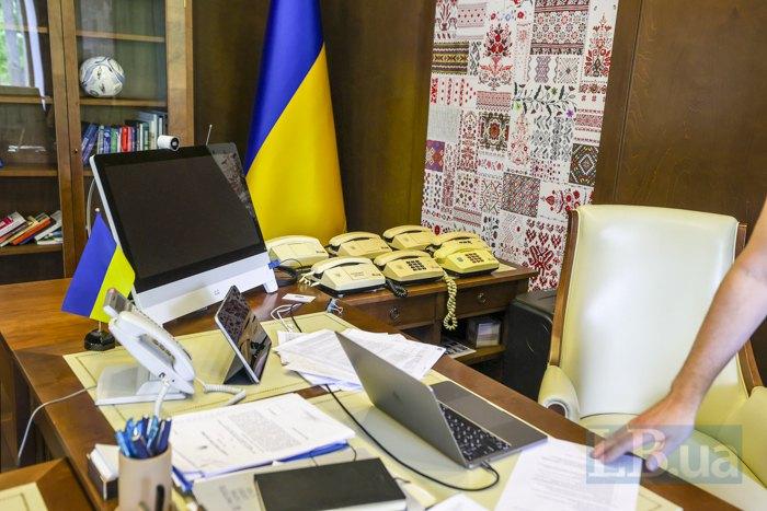 Стіл у кабінеті міністра