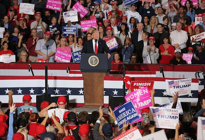 Дональд Трамп выступает на встрече с избирателями, Пенсакола, штат Флорида, 3 ноября 2018.