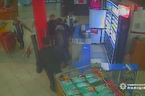 У Києві в магазині напали на охоронця, потерпілий у реанімації