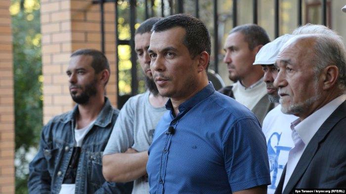Эмиль Курбединов (в центре) рассказывает о процессе по делу журналиста Наримана Мемедеминова, Симферополь, сентябрь 2018.