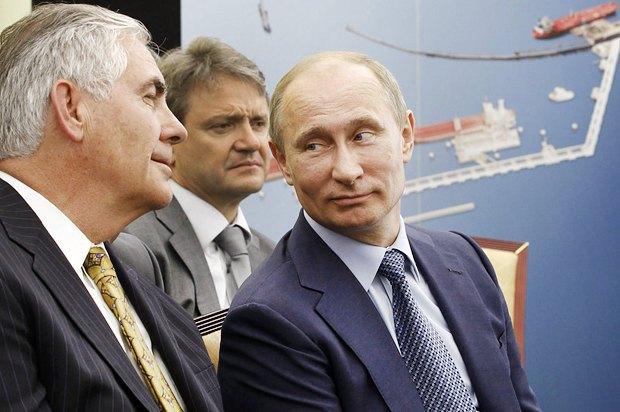 Слева направо: генеральный директор ExxonMobil Рекс Тиллерсон, губернатор Краснодарского края Александр Ткачев и Президент РФ Владимир Путин после церемонии подписания соглашения между Роснефтью и ExxonMobil