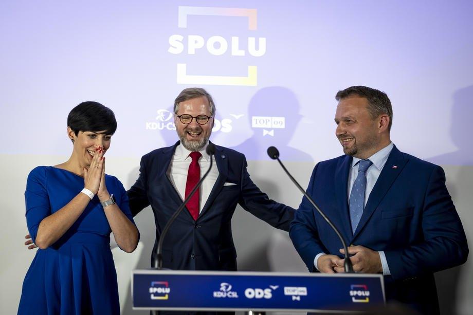 Петр Фіала (у центрі), лідер Громадянської партії (ODS) та кандидат на посаду прем'єр-міністра від коаліції SPOLU, виступає на пресконференції на виборчому заході руху SPOLU у Празі, 9 жовтня 2021 року.